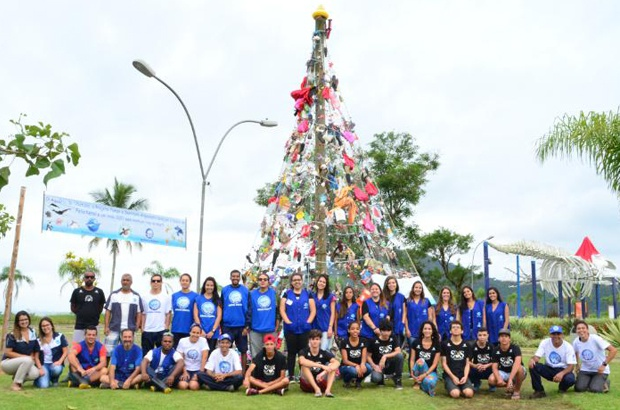 Árvore de Natal feita de lixo alerta sobre aumento da poluição no mar e nas praias do norte de SP