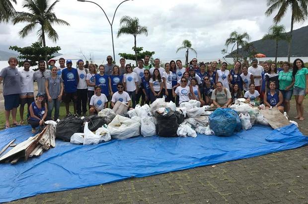 Limpeza de praia no Itaguá sensibiliza sobre a ameaça da poluição dos oceanos