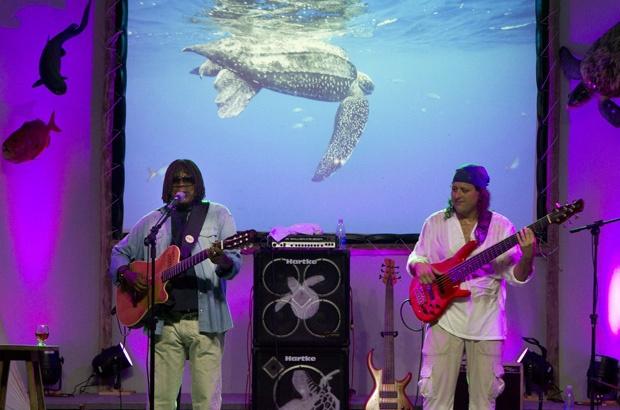 Lançamento do CD Tamarear reúne Milton Nascimento e Dudu Lima Trio na Praia do Forte