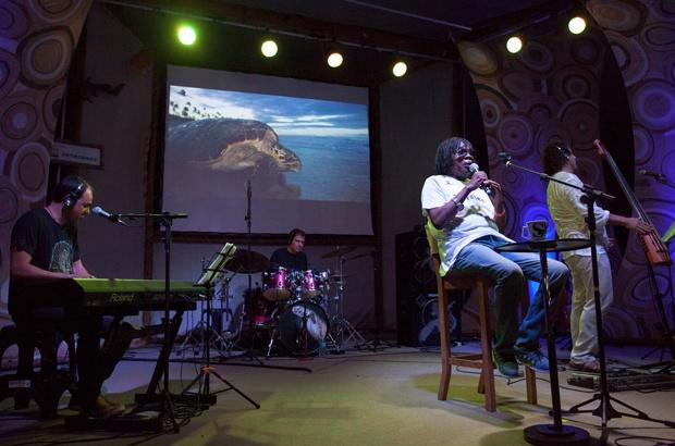 Milton Nascimento fez mágica apresentação em homenagem aos 35 anos do Tamar