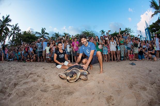Maestro Felipe Prazeres da OPES participa de soltura de tartaruga marinha