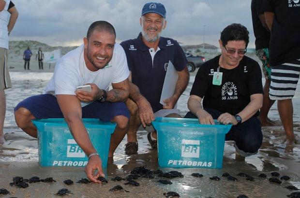 Comemoração de 15 anos do TAMAR Aracaju teve Diogo Nogueira e mais tartarugas no mar